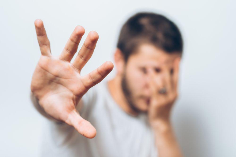 Bindungsangst. Angst vor Nähe. Person mit abweisender Haltung.